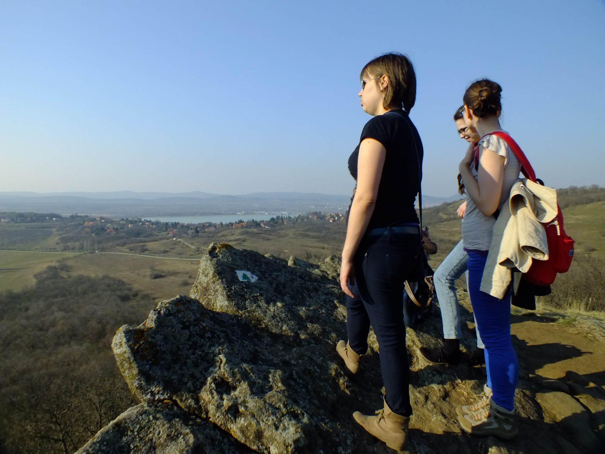 A Szélmarta sziklák tekintélyes meredélyeiről rálátni a Belső-tóra