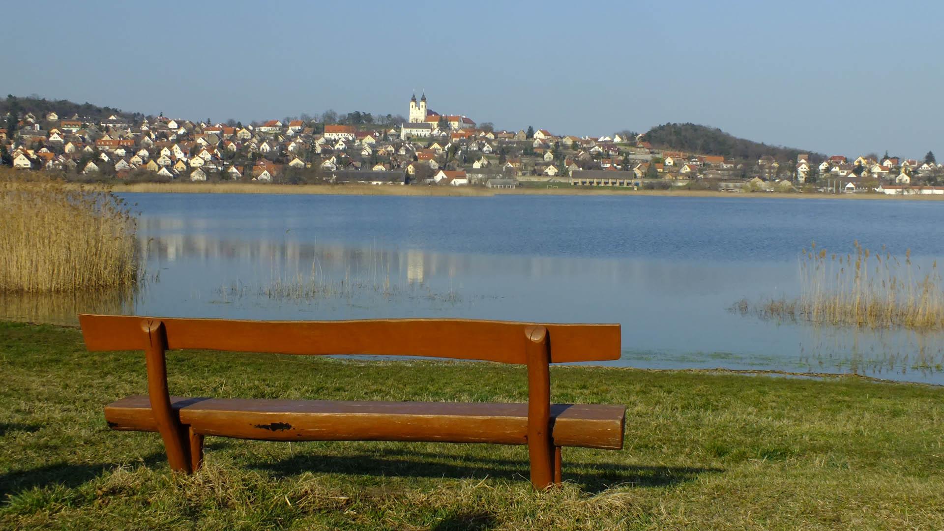 Tihany központja a Belső-tó partjáról